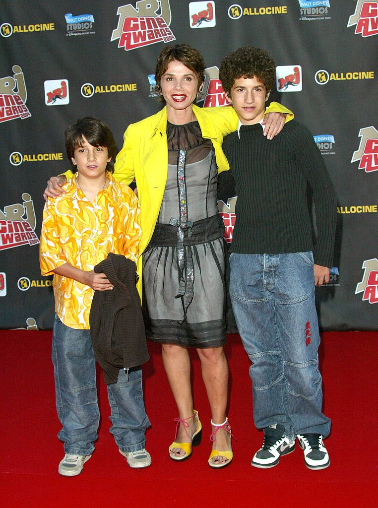 Victoria Abril and Sons pendant 2004 NRJ Cine Awards au Walt Disney Studios à Paris - Marne La Vallée, France. | Photo : Getty Images