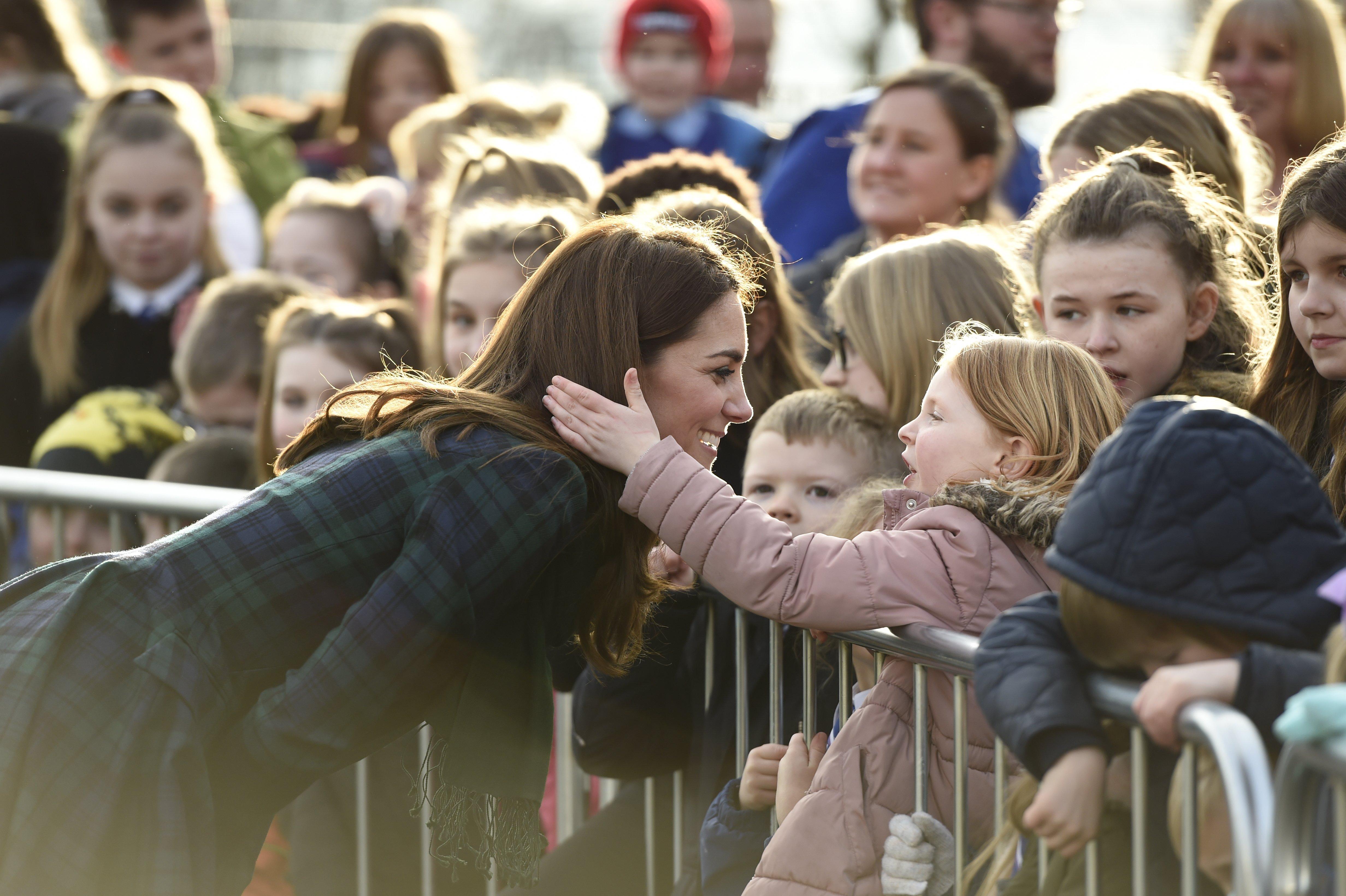 Une jeune fille touche les cheveux de Kate Middleton l Source: Getty Images