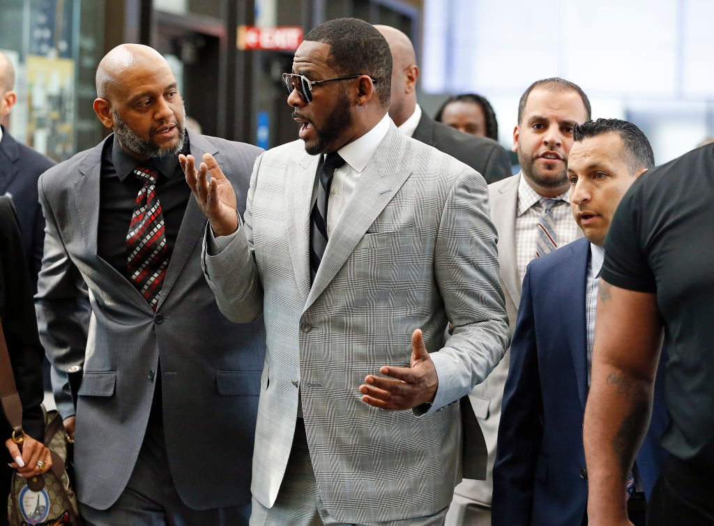 R. Kelly chats with his legal team as he arrived at the Leighton Criminal Courthouse, on June 06, 2019, in Chicago, Illinois  | Source: Nuccio DiNuzzo/Getty Images