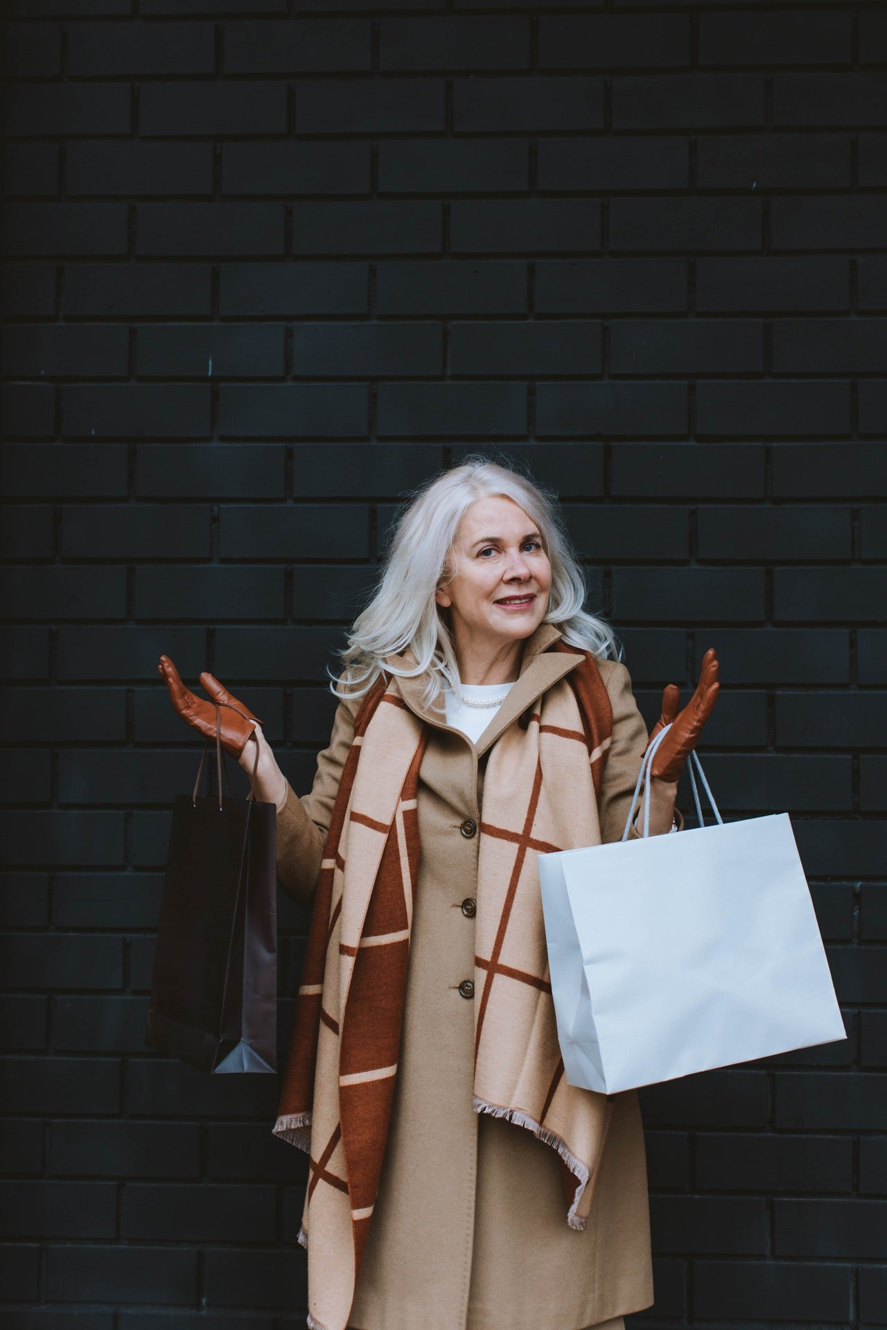 Older woman with shopping bags | Source: Pexels