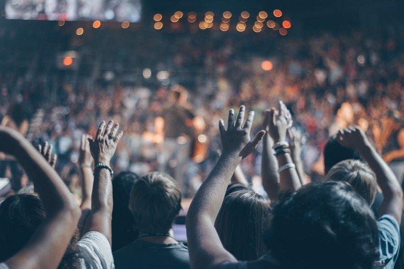 Grupo de personas levantando las manos / Imagen tomada de: Pexels