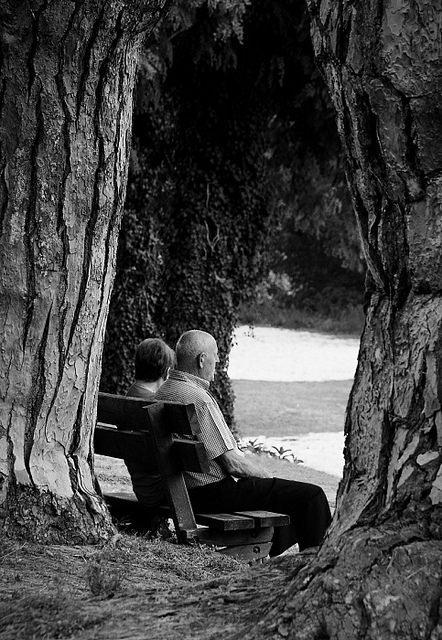 Un couple de personnes âgées assis sur un banc. l Source: Flickr