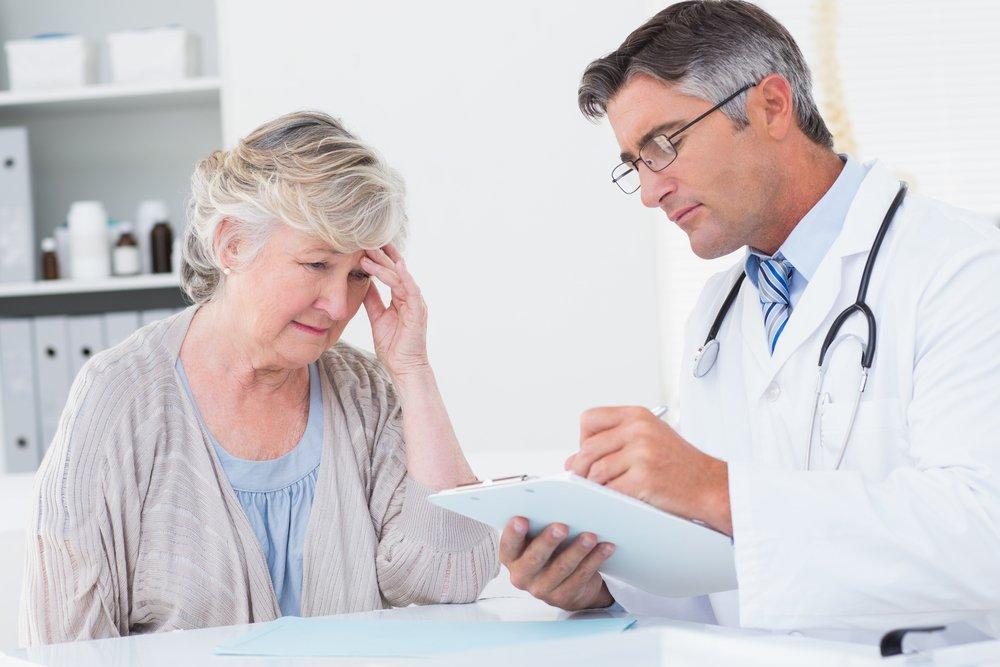 Médecin écrivant une ordonnance pour une patiente âgée de la clinique | Photo : Shutterstock