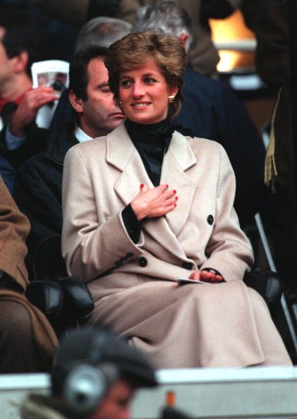 La Princesse Diana assiste à un match de rugby entre la France et le Pays de Galles le 21 janvier 1995, à Paris. | Source : Getty Images