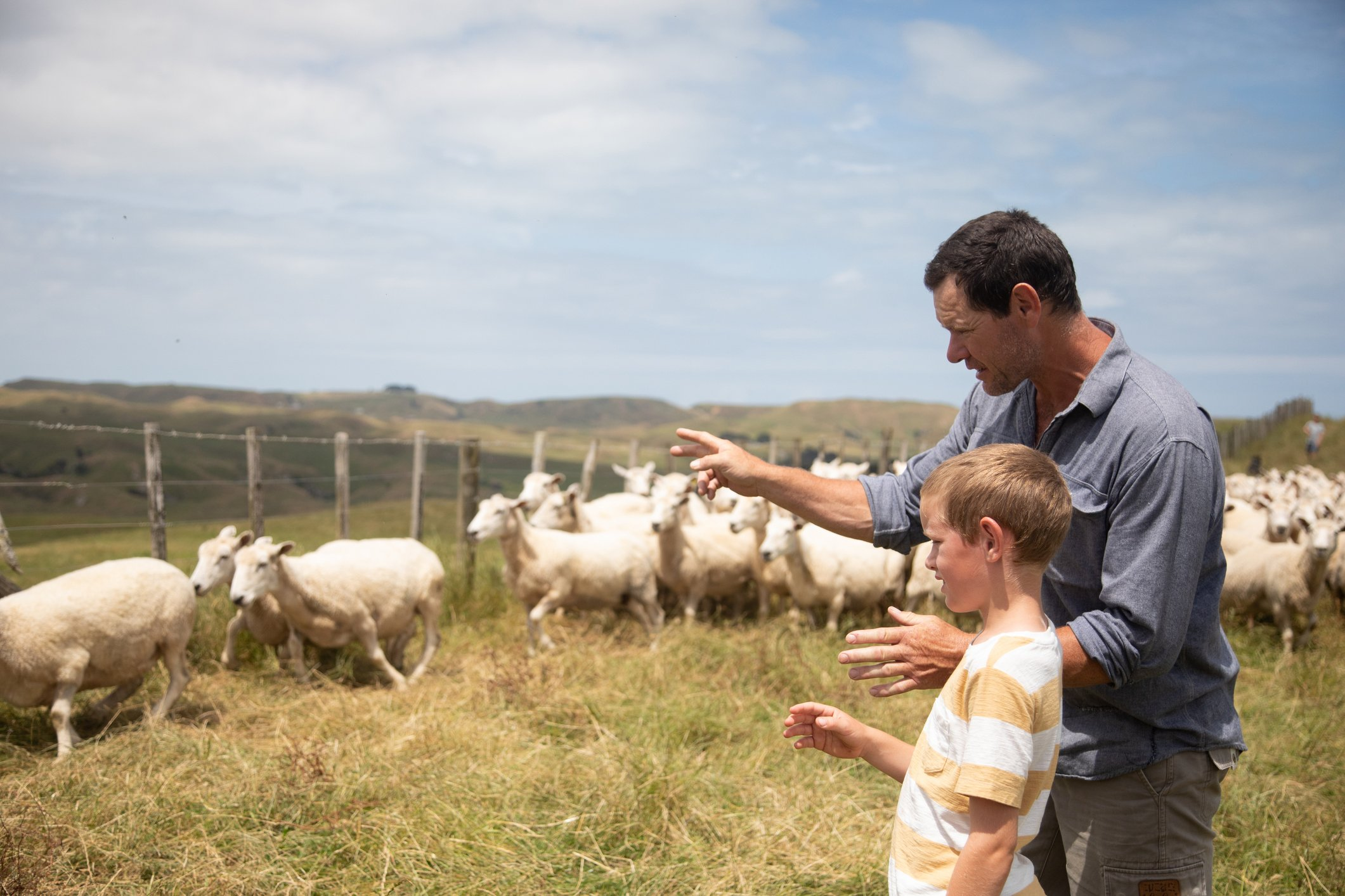 Leo explaining the intricacies of farming to his son Michael. | Photo: Getty Images