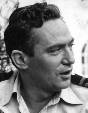 Peter Finch during the making of the 1955 film 'Passage Home' | Source: Wikimedia