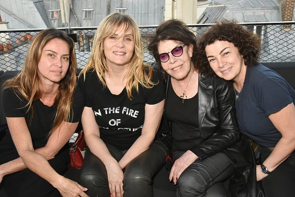 Agathe de la Fontaine, Emmanuelle Seigner, la chanteuse Dani et Tina Sportolaro au Montana le 25 mai 2018 à Paris, France. | Photo : Getty Images