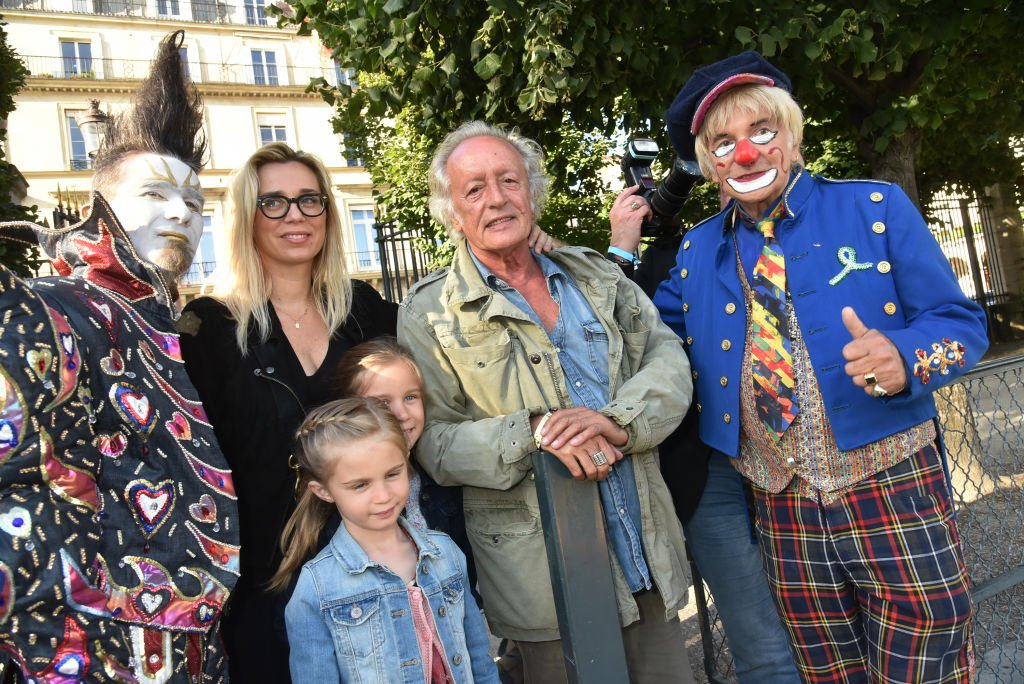 Didier Barbelivien, son épouse, ses filles et des clowns participent à la Fête des Tuileries le 22 juin 2018 à Paris, France. | Photo : Getty Images