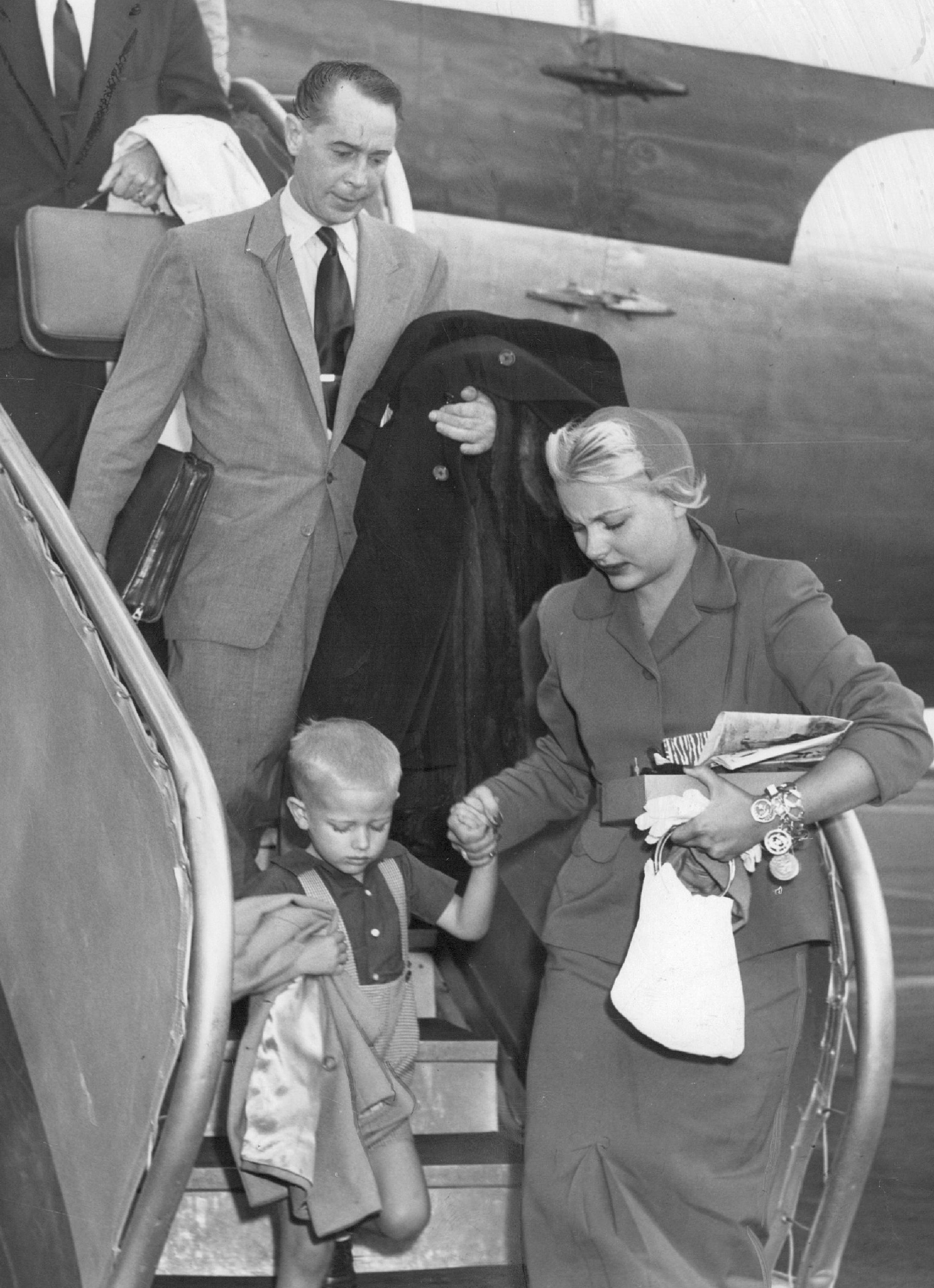 Franchot Tone, Barbara Payton, and her son Johnny Payton getting off a plane in October, 1951 | Photo: Getty Images