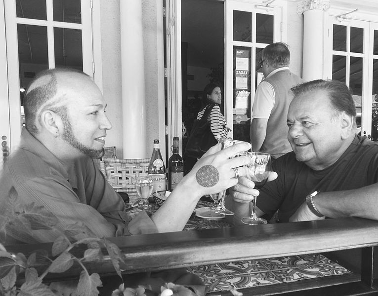 Riz Story and Paul Sorvino having lunch in Hollywood. | Source: Wikimedia Commons