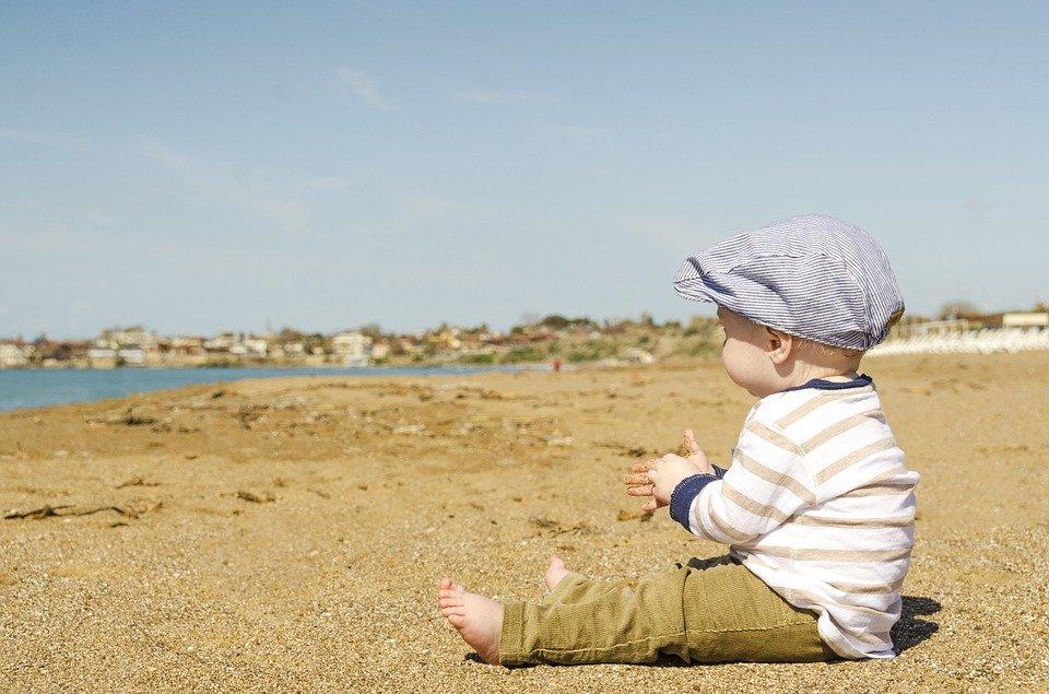 Un bébé joué seul. | Photo : Pixabay