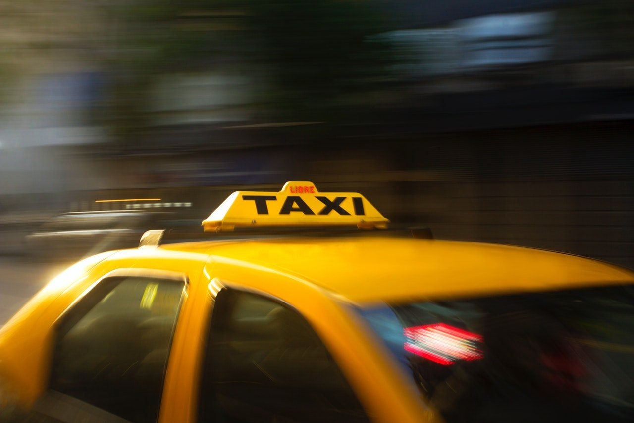 Yellow taxi sign | Source: Pexels