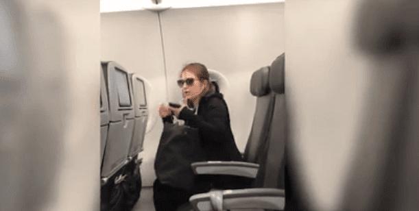 Mujer discutiendo en el avión / Imagen tomada de: Miami Herald