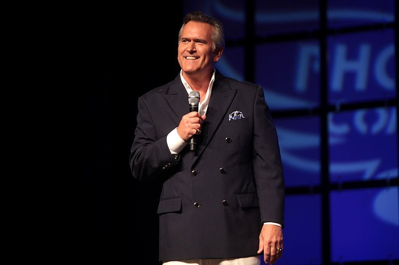 Bruce Campbell speaking at the 2014 Phoenix Comicon. | Source: Wikimedia Commons