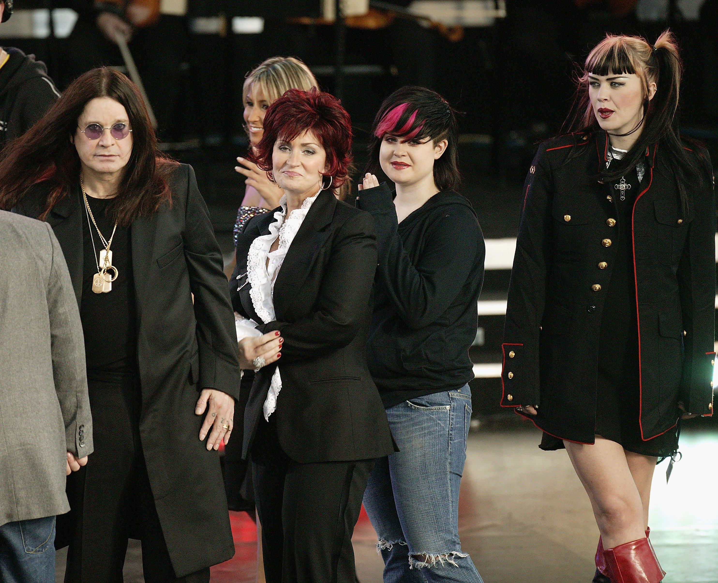 Ozzy, Sharon, Kelly und Aimee Osbourne besuchen 2004 ein Konzert in London. | Quelle: Getty Images