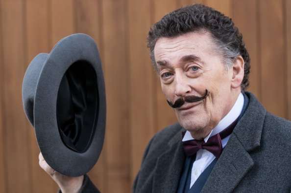 Robert Powell como Poirot en 'Black Coffee'. | Imagen: Getty Images