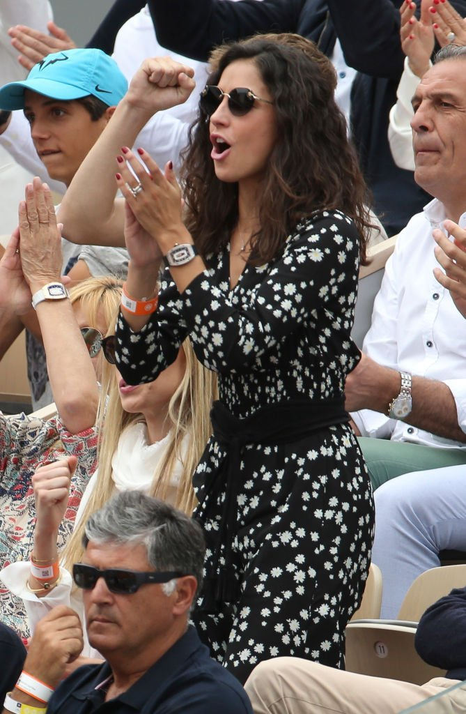Xisca Perello encourageant son fiancé à Roland Garros. l Source : Getty Images