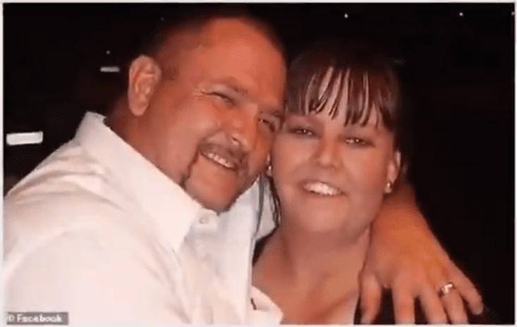 Les parents des 2 bambins ont pris la pose tout sourire alors que leurs enfants étaient encore vivants.   YouTube/DailyNewsUSA