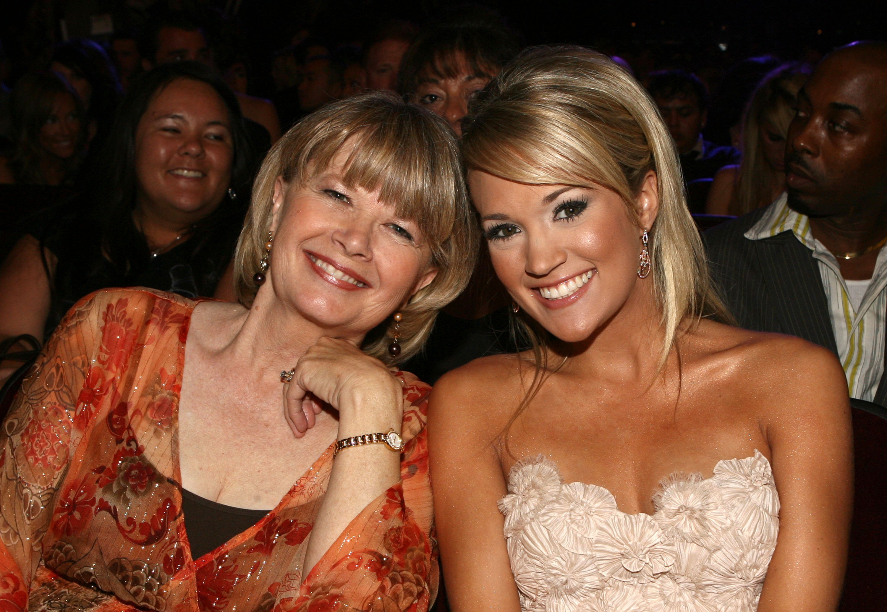 Carole and Carrie Underwood pose for a shot at the American Music Awards in Los Angeles, California on November 21, 2006 | Photo: Getty Images