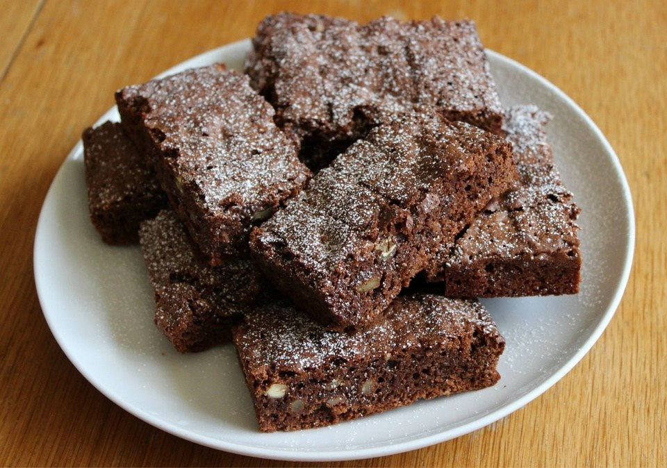 A photo of a plate of brownies. | Photo: Pixabay