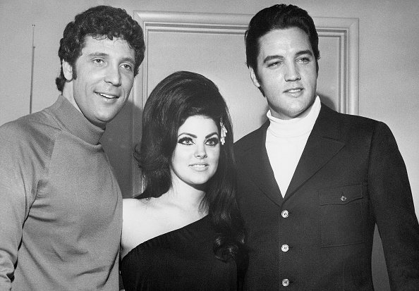 Elvis and Priscilla Presley with Tom Jones at the Flamingo Hotel in Las Vegas in 1968. | Photo: Getty Images