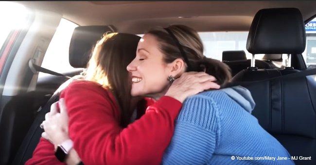 Conmovedor momento en que mujer con demencia abraza a su hija tras recordar que es su madre