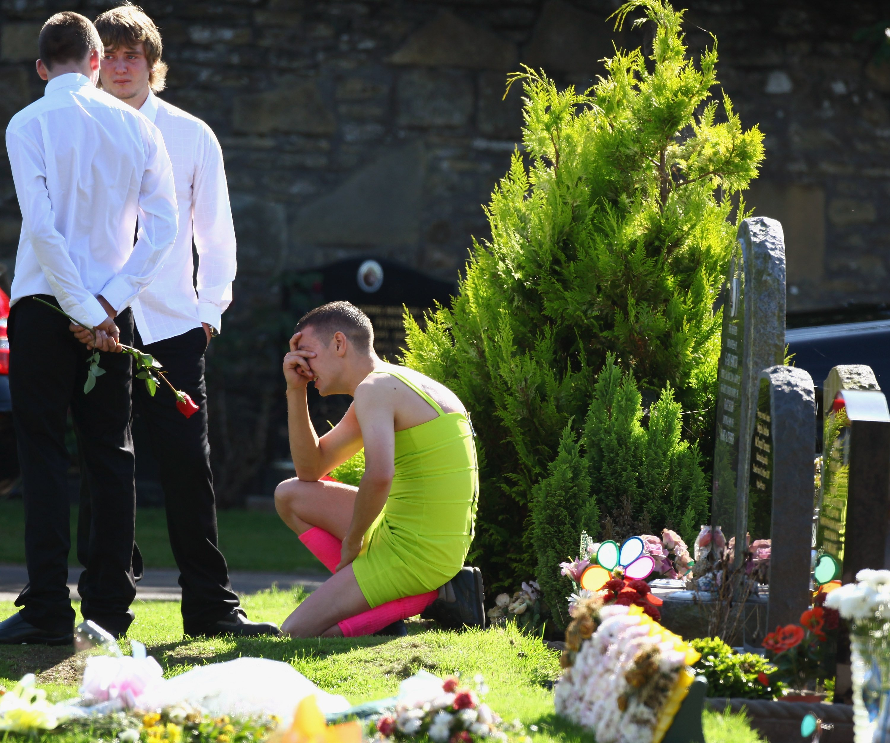 Barry Delaney crying copiously as mourners gather at Barnhill Cemetery for the funeral of  Kevin Elliot in Dundee, Scotland | Photo: Jeff J Mitchell/Getty Images