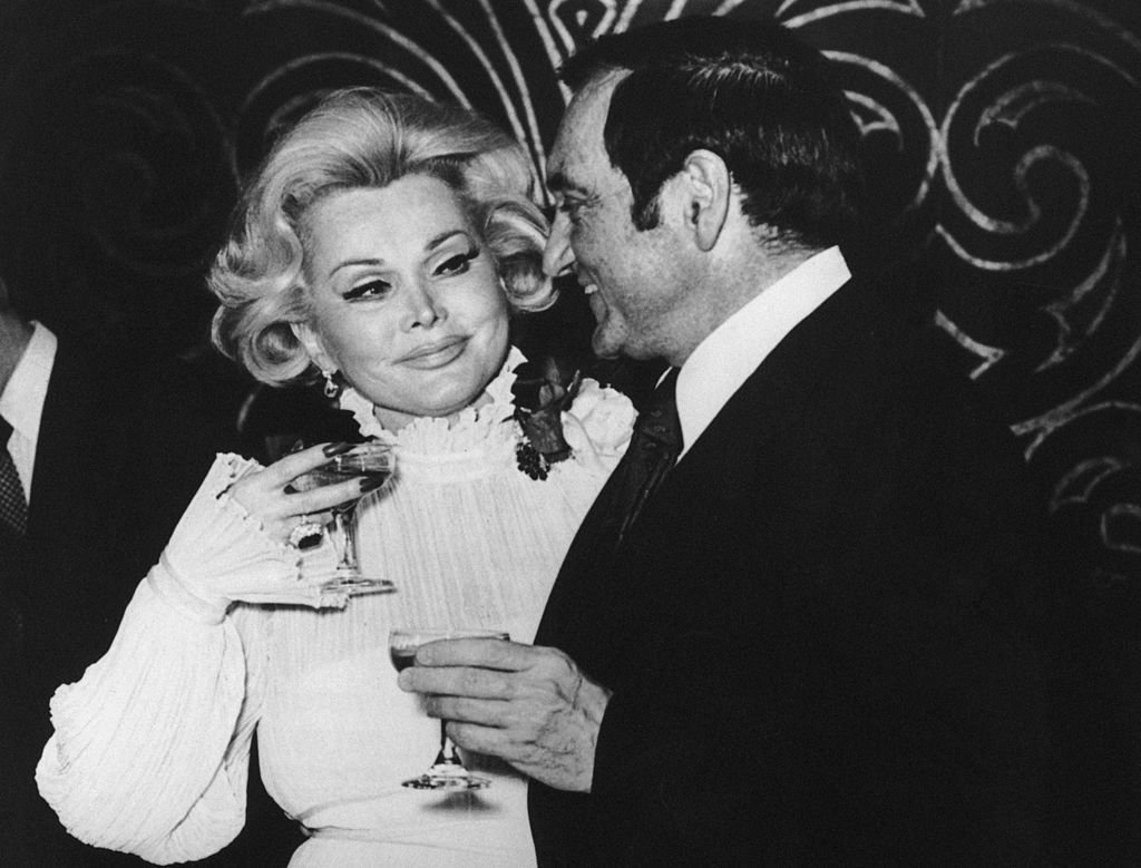Zsa Zsa Gabor drinks with her sixth husband, Jack Ryan, in 1975 | Photo: Getty Images