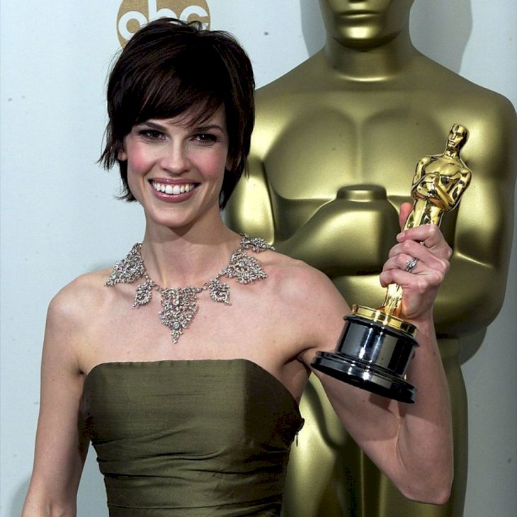 LOS ANGELES, UNITED STATES: Actress Hilary Swank holds her Oscar for Best Actress for her role in