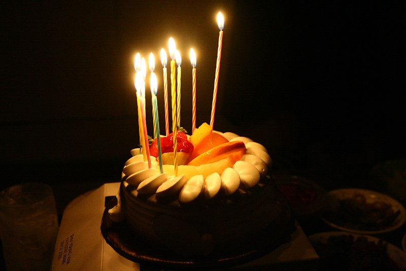 A birthday cake with candles on it. | Photo: Flikr