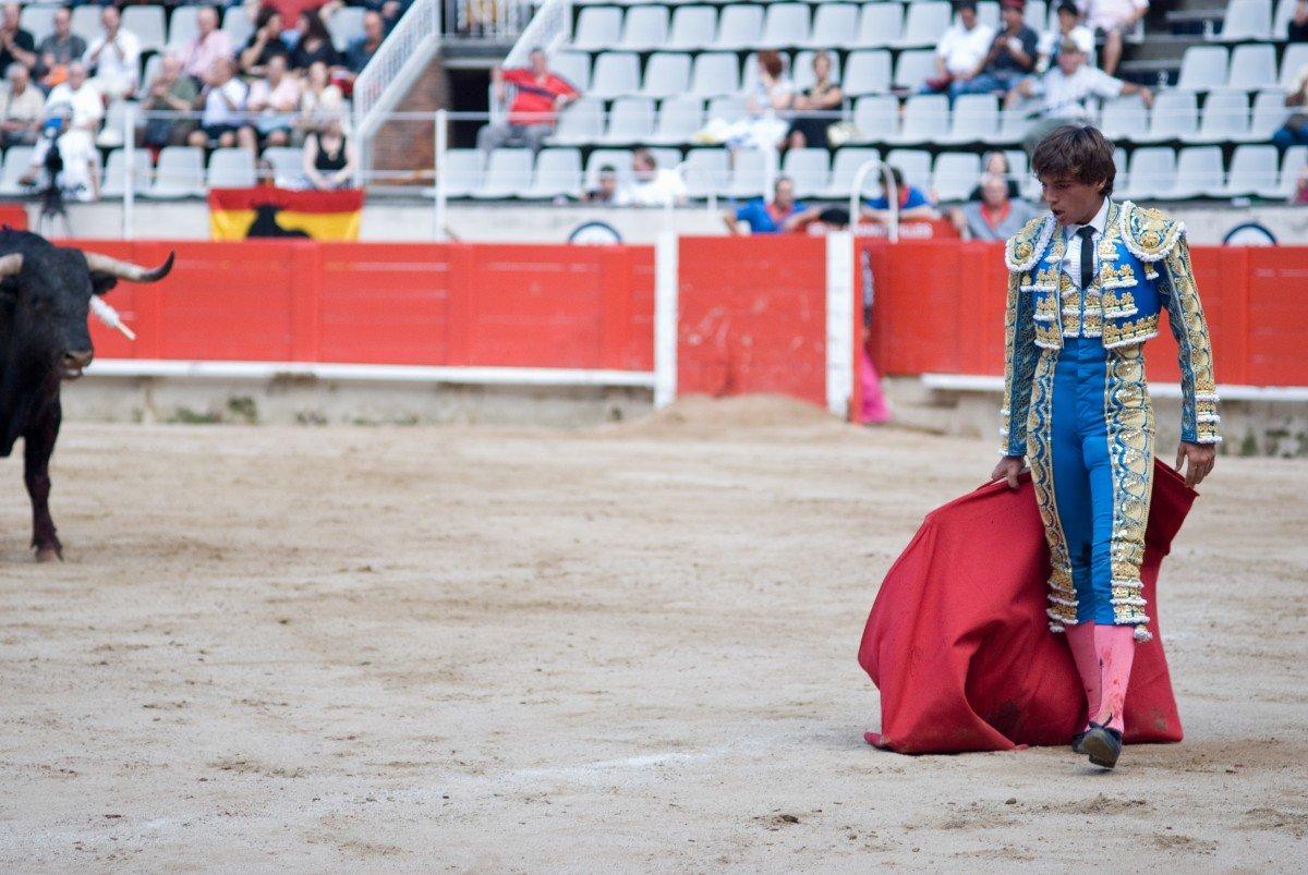 Torero en una corrida cerca de un toro. | Imagen: PxHere