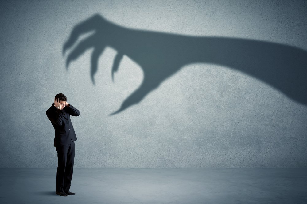 Man afraid of scary claw | Photo: Shutterstock