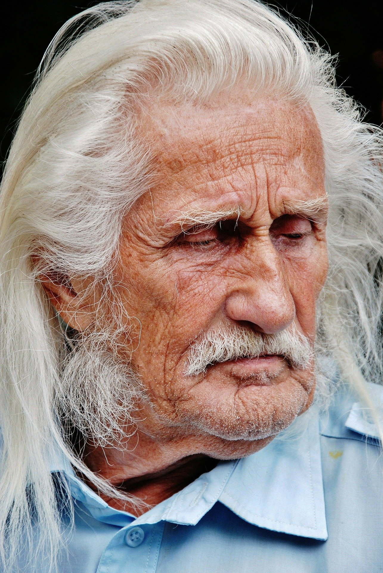 An old man with a sad expression on his face   Photo: Pixabay