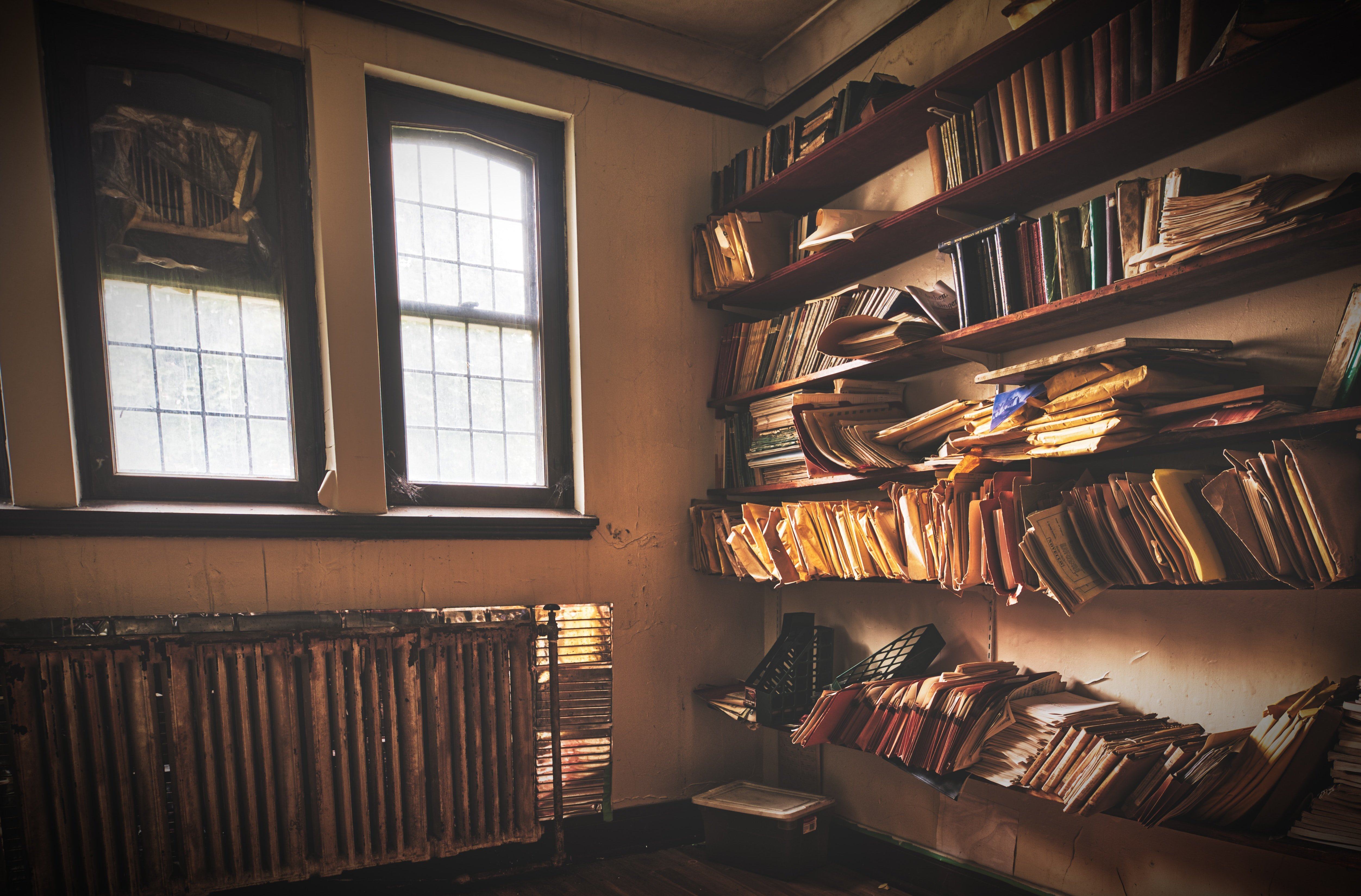 A messy room filled with books. | Source: Unsplash