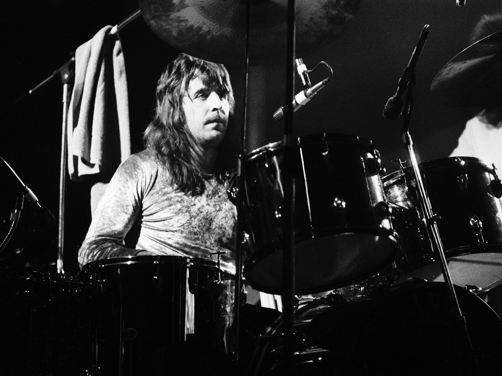 Lee Kerslake from Uriah Heep performs live on stage in Amsterdam, Netherlands on January 1, 1974 | Photo: Gijsbert Hanekroot/Redferns/Getty Images
