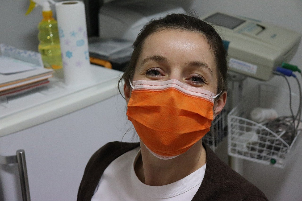 A female nurse wearing a surgical mask during her shift at the hospital. I Image: Pixabay.