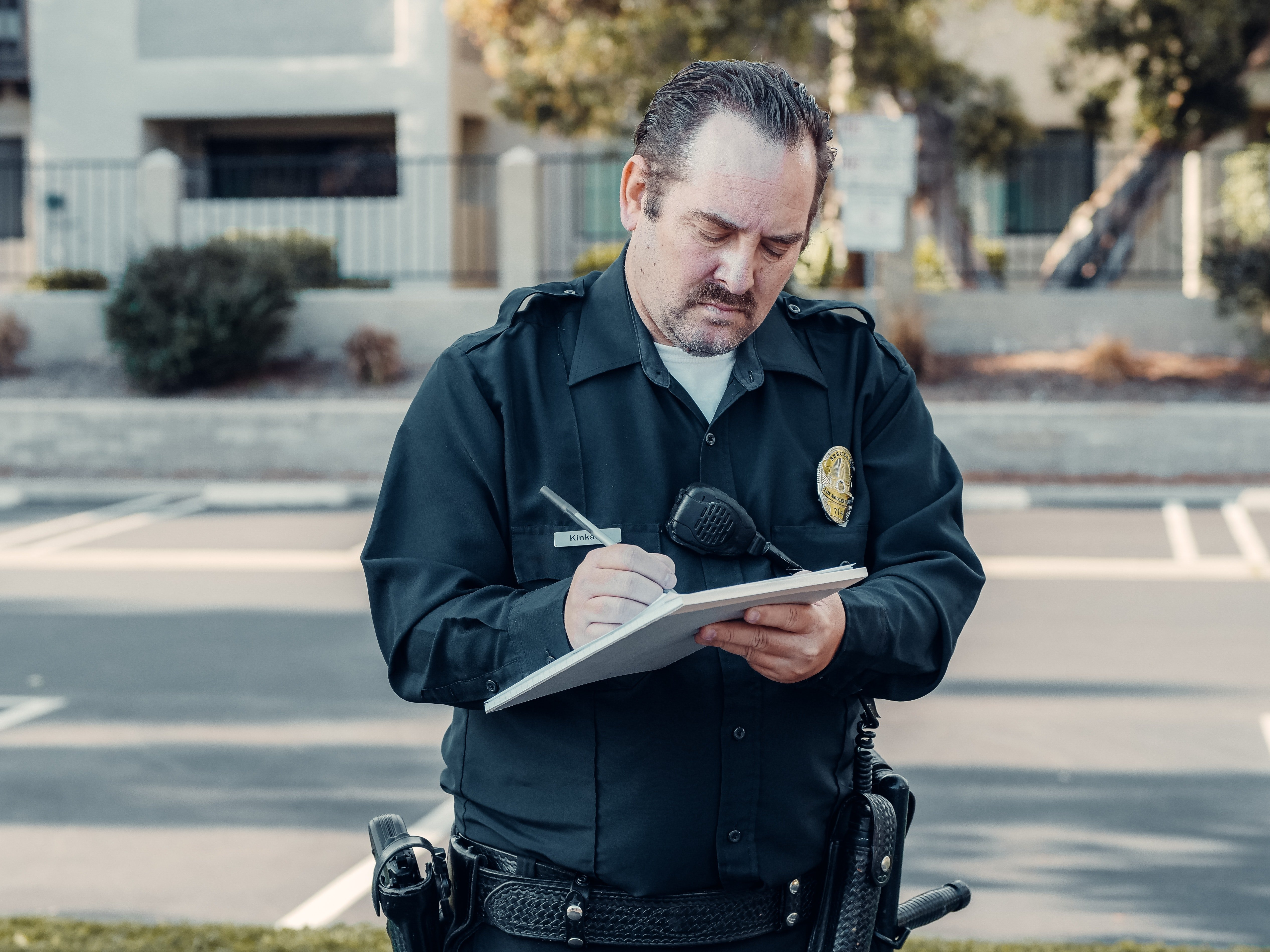 An officer writing out a ticket. | Pexels/ Kindel Media