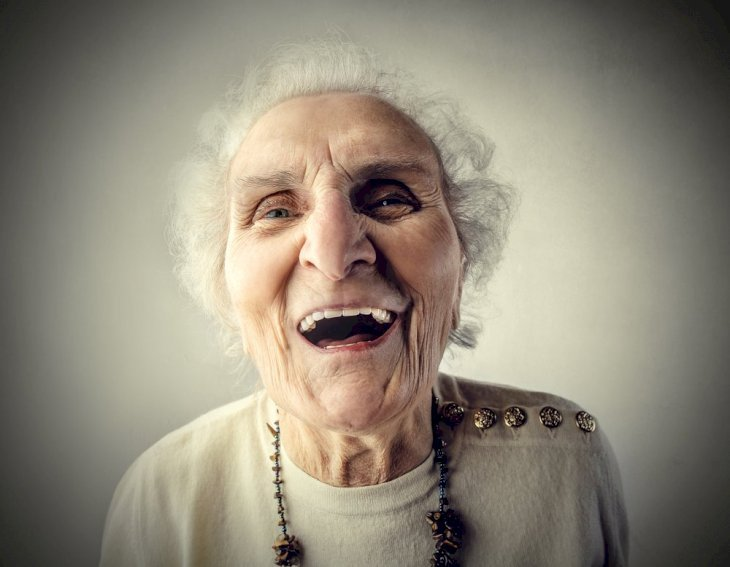 Anciana feliz. | Imagen tomada de: Shutterstock