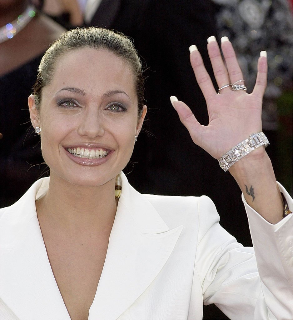 Angelina Jolie attends the 73rd Annual Academy Awards in Los Angeles, California on March 25, 2001 | Photo: Getty Images
