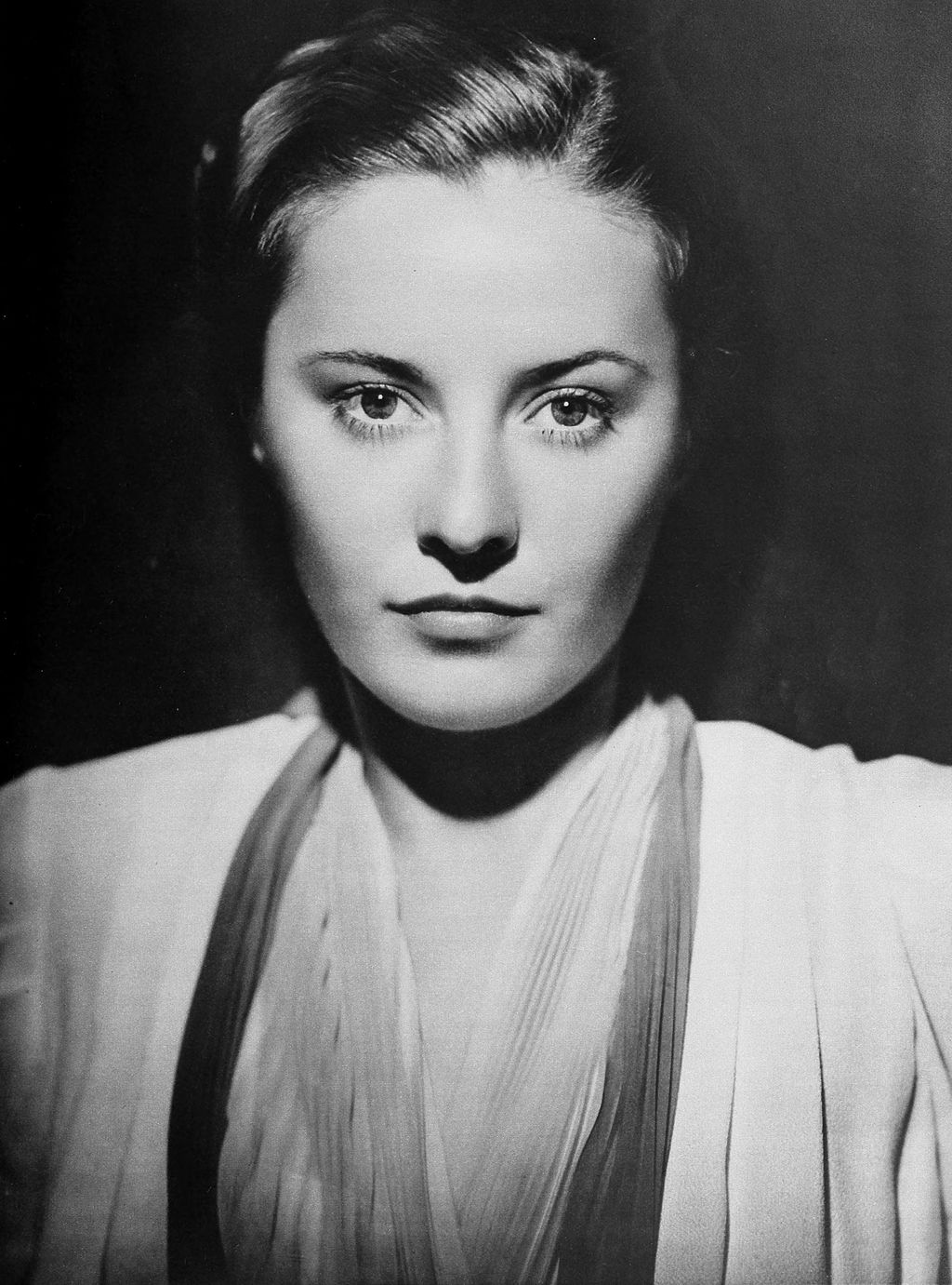 Portrait of Barbara Stanwyck by George Hurrell on June 1, 1938. | Photo: Wikimedia Commons