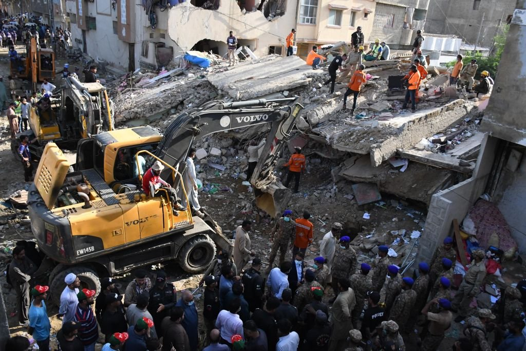 Rescue workers search for victims under the rubble after a five-story residential building collapsed on September 10, 2020   Photo: Getty Images