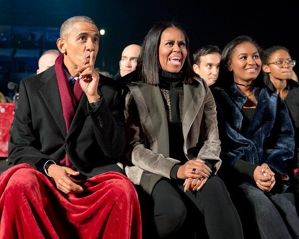 Barack Obama, first lady Michelle Obama and daughter Sasha Obama at the National Christmas Tree Lighting in Washington.| Photo: Getty Images.