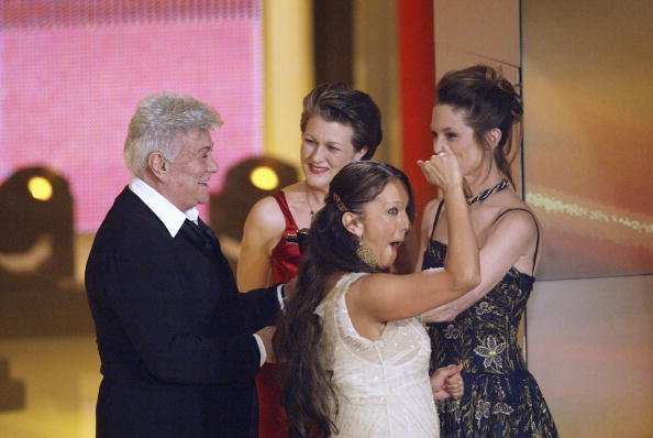 "Tony Curtis (l) smiles as he flanked by his daughters Alexandra Sergeant (l-r), Allegra and Kelly Curtis after receiving the ""Honorary Award"" at the Goldene Kamera Film Awards at the Gendarmenmarkt Concert House on February 4, 2004 in Berlin, Germany. Curtis was given an ""Honorary Award"" for his contribution to the film industry. 
