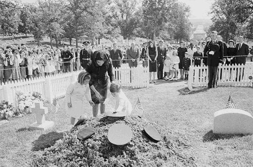 Jacqueline Kennedy, Caroline Kennedy, and John Kennedy, Jr. visit the temporary grave of President John F. Kennedy on May 29, 1964. | Source: Wikimedia Commons