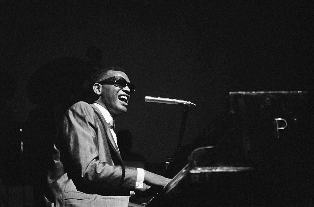 Ray Charles behind the scence at the Olympia in Paris, France on May 18, 1962. | Photo: Getty Images