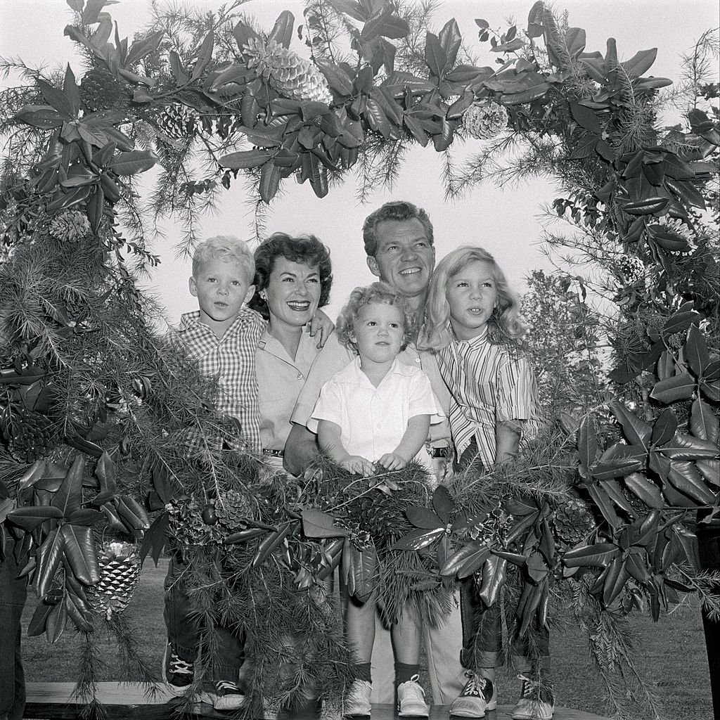 Bill Williams and Barbara Hale with their children in a Christmas portrait on 02 December, 1957 | Photo: Getty Images