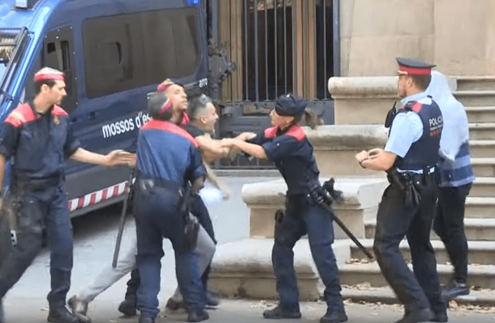 """Momento en que tío de la víctima de la """"Manada de Manresa"""" intenta agredir a uno de los acusados.   Imagen: YouTube/El Mundo"""