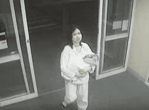 Des images de Jessica avec sa mère le jour où elle a été abandonnée. | Source : Une affaire d'actualité / YouTube