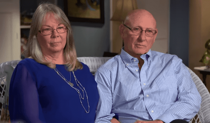 "Sandy and Lonnie Phillips discussing their support to the families of mass shooting victims with Anderson Cooper | Photo: ""60 Minutes"""