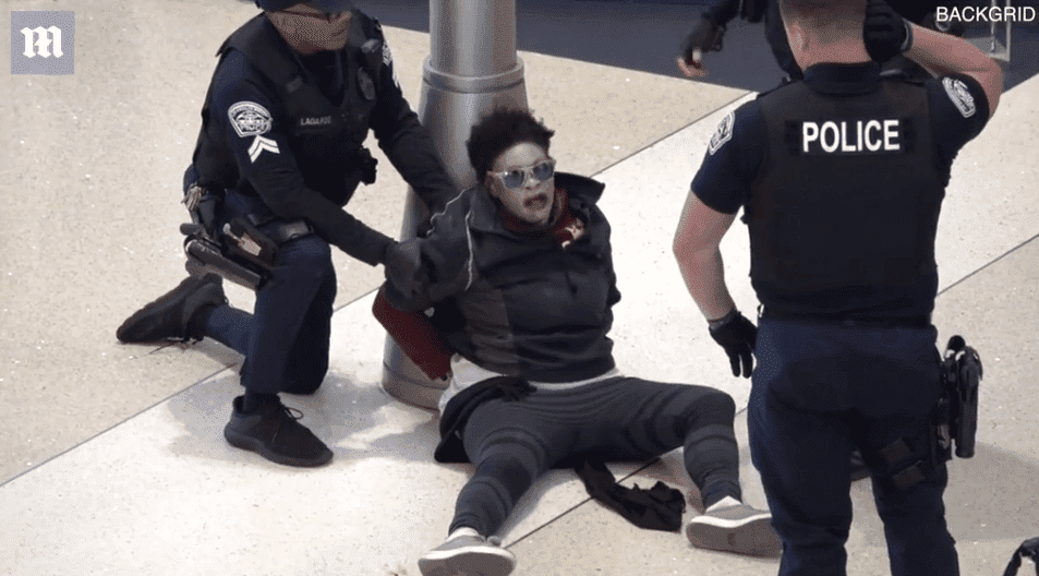After being handcuffed, the woman kept screaming | Photo: Daily Mail/Backgrid